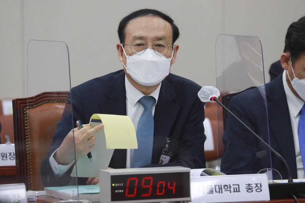 오세정 서울대 총장이 의원 질의를 듣고 있다. 사진=국회사진취재단