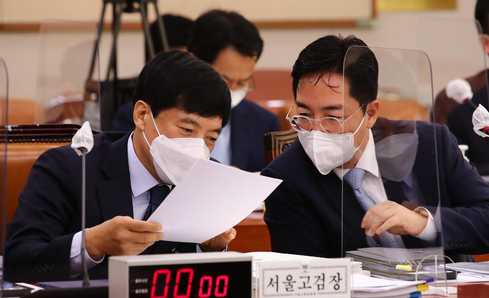 이성윤 서울고검장이 자료를 살펴보고 있다.