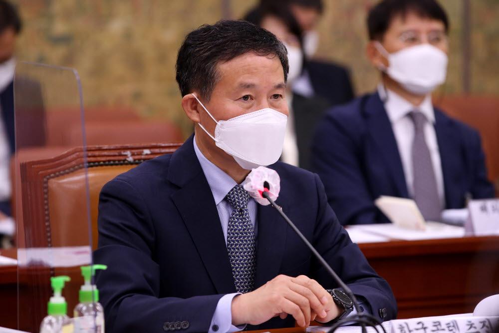 조현래 한국콘텐츠진흥원장이 의원 질의를 듣고 있다.