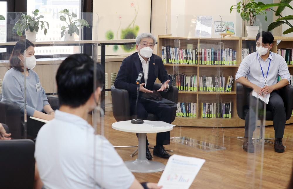금융발전심의회 청년분과 금발심 퓨처스(Futures) 위원들과 금융위 90년대생 직원들의 2차 회의가 14일 서울 종로구 정부서울청사에서 열린 가운데 고승범 금융위원장이 모두발언을 하고 있다.