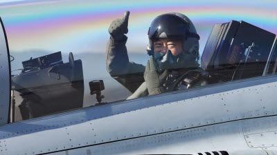 대한민국 대통령 최초 국산 전투기 탑승해 우리 하늘을 비행한 문재인 대통령